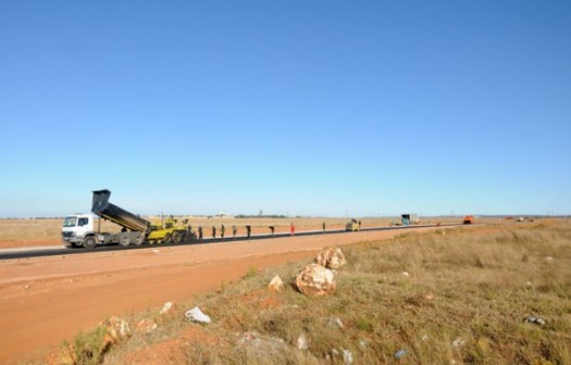 Municipality workers erect a road between the land and the mine in Bekkersdaal in Johannesburg, 12 May 2014, which residents want to occupy by force. Picture: Nigel Sibanda