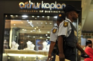 FILE PIC. Members of the police walk outside the jewellery store that was robbed on 14 November 2013 in Menlyn Park shopping centre. Picture: Christine Vermooten